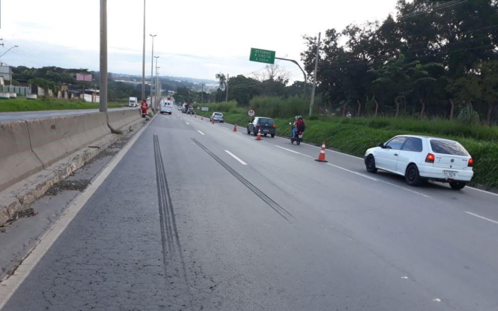 -  Cones delitam trânsito na BR-153 na altura do rio Meia Ponte, em Goiânia, na manhã deste domingo  15 , após pedestre morrer atropelado enquanto atrav