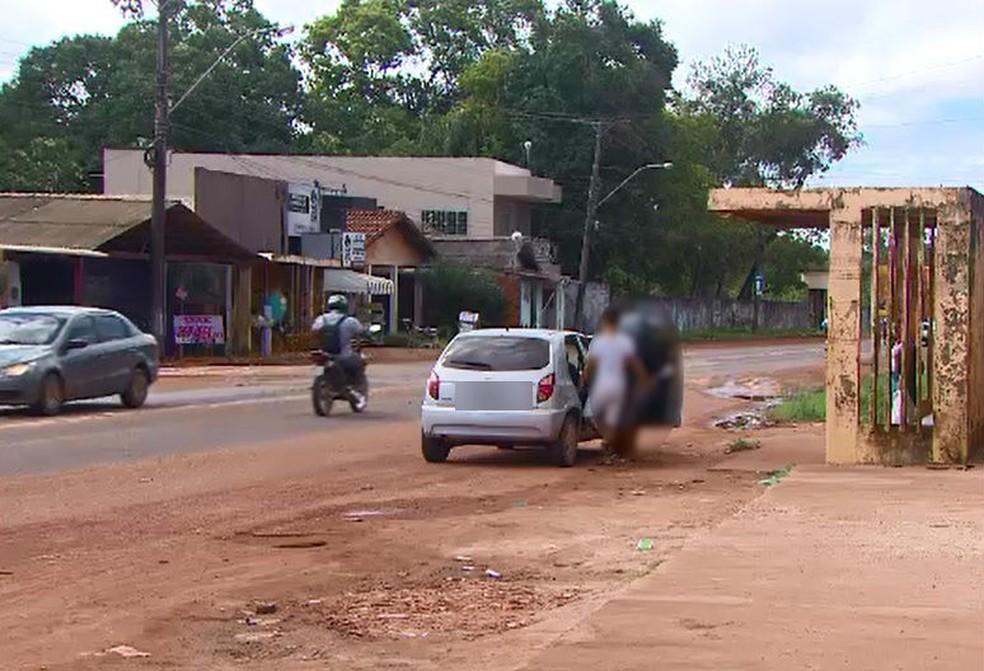 Transporte clandestino é oferecido nas paradas de ônibus — Foto: Rede Amazônica/Reprodução