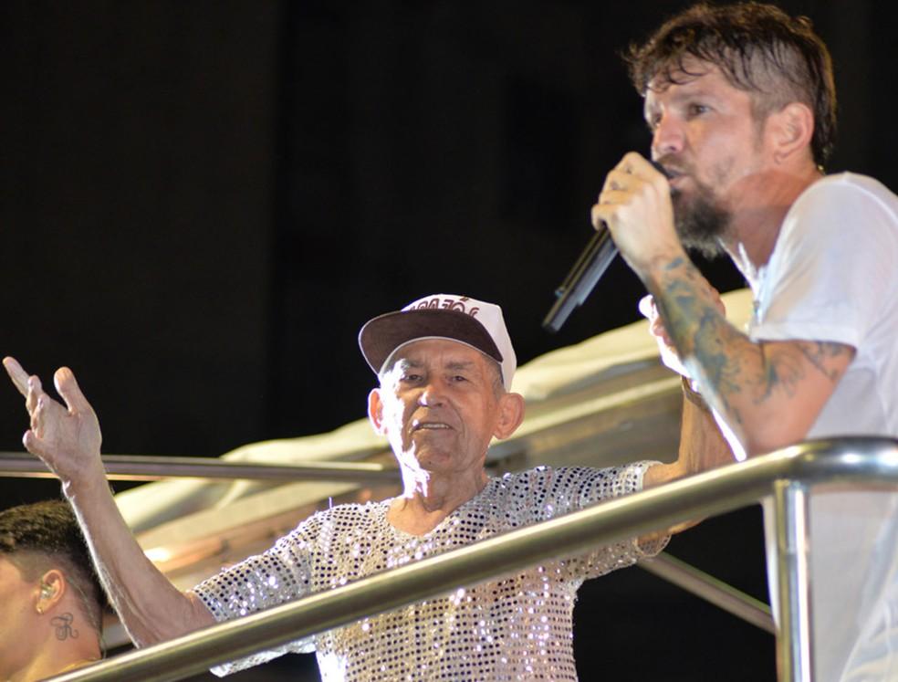 Orlando Tapajós recebeu uma homenagem do cantor Saulo durante apresentação no carnaval de Salvador em 2016 (Foto: Elias Dantas/Ag. Haack)