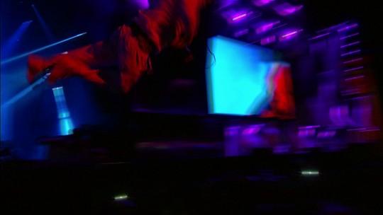 Mike Patton tenta pular na galera e cai em fosso no show do Faith No More
