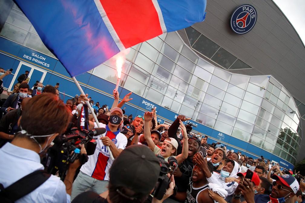 Torcidores do PSG se aglomeram no Parque dos Príncipes, na expectativa por Messi — Foto: AFP