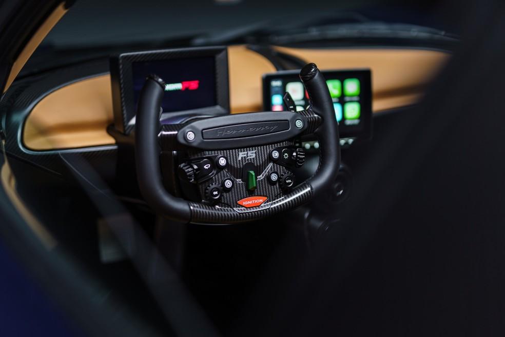 O volante do Venom F5 é inspirado nos de Fórmula 1 e possui uma série de comandos — Foto: Divulgação
