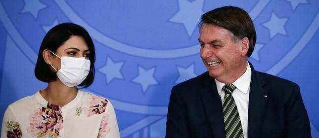 De máscara, a primeira-dama, Michele Bolsonaro, ao lado do presidente durante a solenidade de posse do novo ministro da Justiça