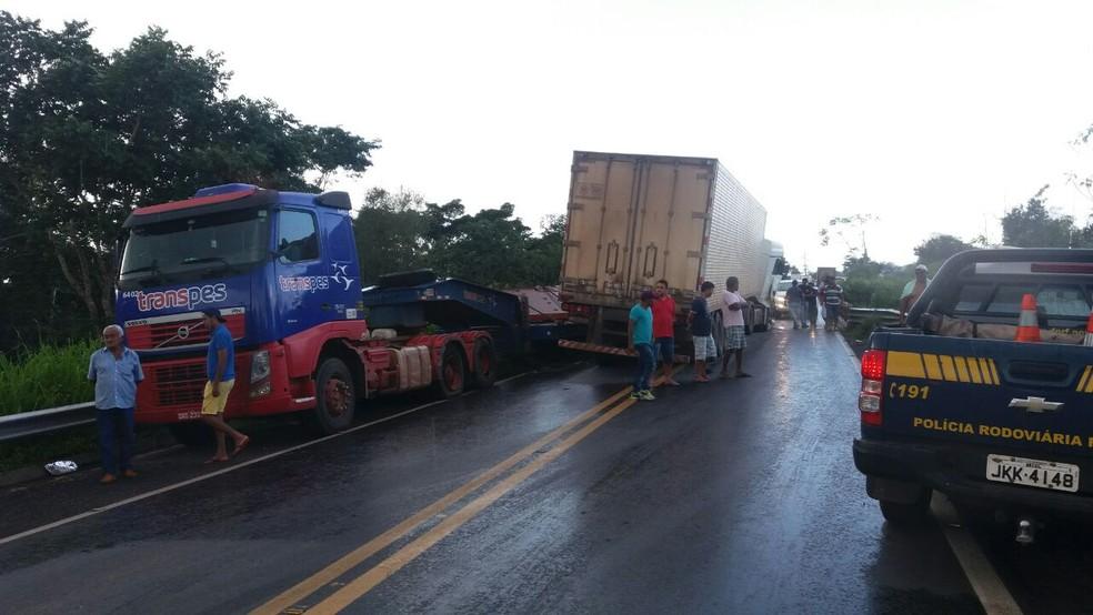 Batida entre dois caminhões interditou a BR-153 (Foto: Divulgação/PRF)