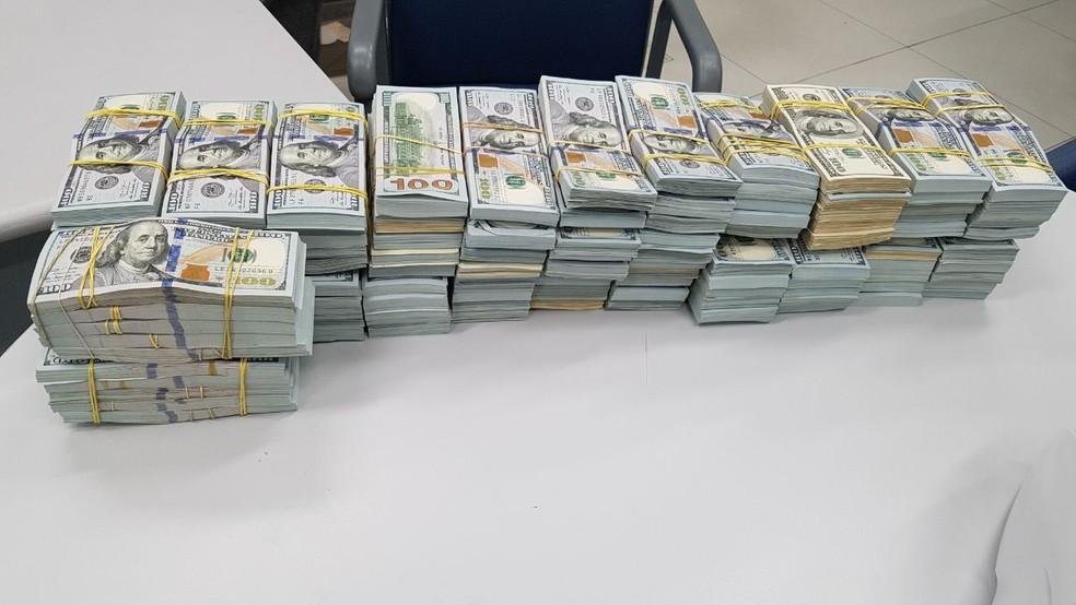 Segundo a PRF,  em nota de dólar havia US$ 1,2 milhão (Foto: PRF/ Divulgação)