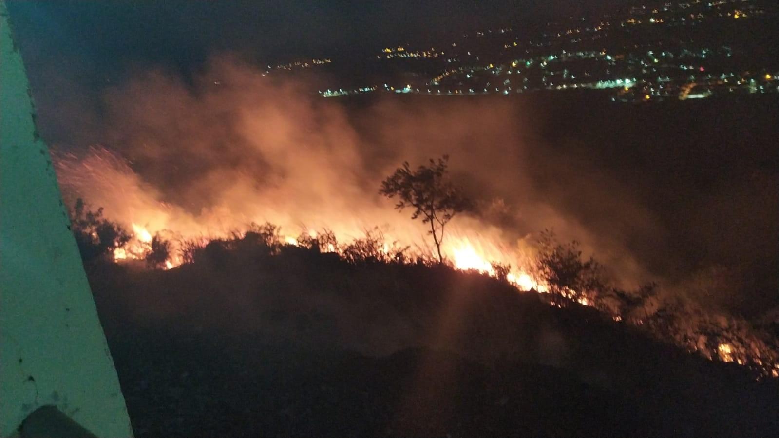 Incêndio atinge vegetação nas proximidades do Horto do Padre Cícero, em Juazeiro do Norte; vídeo