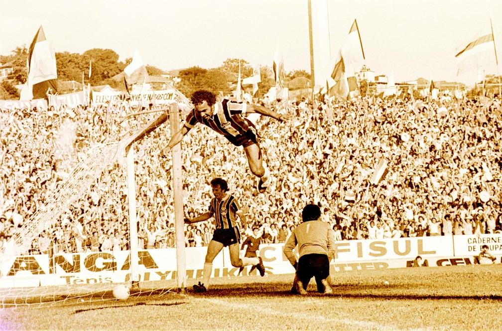 André Catimba faz gol do título no Gre-Nal de 77 — Foto: Armênio Abascal Meireles/Agência RBS