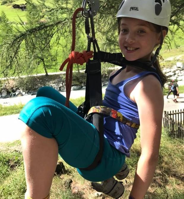 A pequena é aventureira e gosta de subir em árvores e fazer esportes radicais (Foto: Reprodução Facebook)