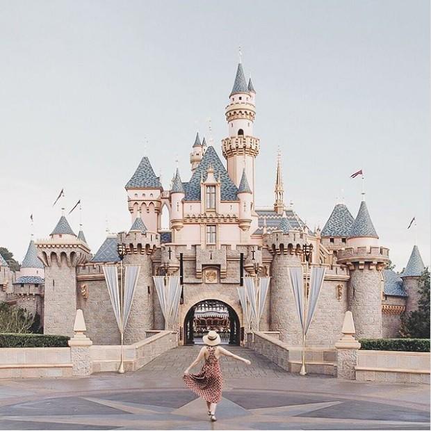Enquanto estava deitada em sua cama, na Inglaterra, Carolyn Stritch falsificou uma foto na Disney Califórnia para passar uma mensagem importante a seus seguidores  (Foto: Instagram/ Reprodução)