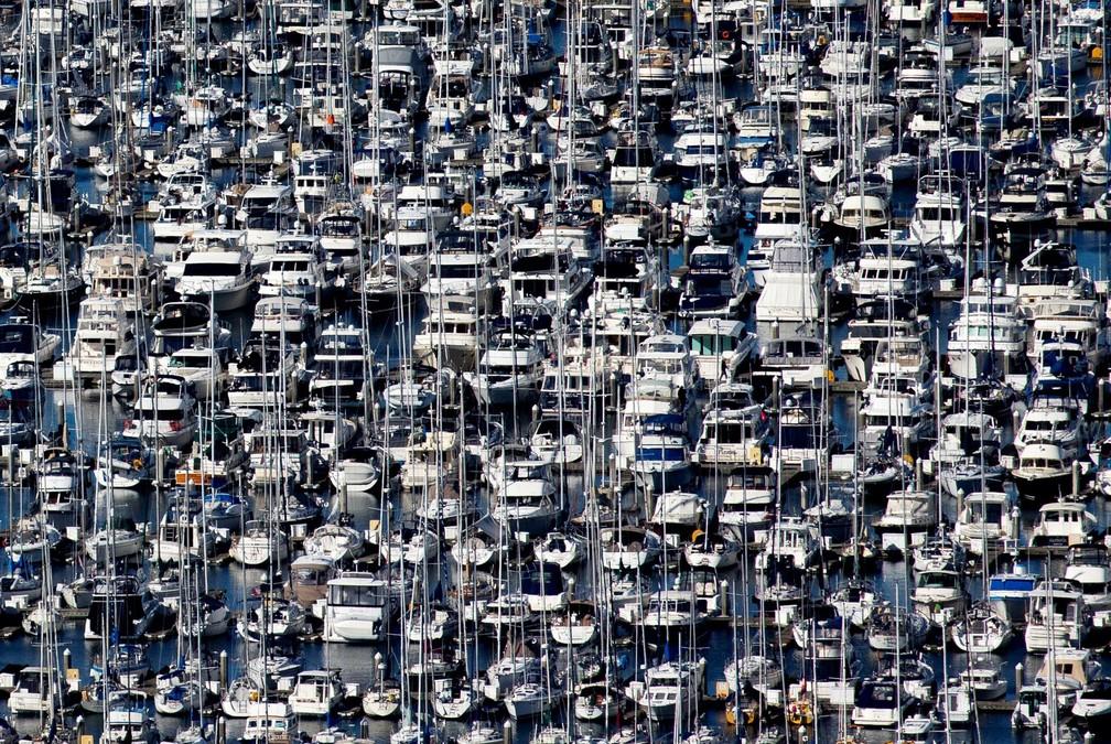 16 de março - Centenas de barcos são vistos ancorados na marina Elliott Bay durante a epidemia do novo coronavírus (Covid-19) em Seattle, nos EUA — Foto: Lindsey Wasson/Reuters