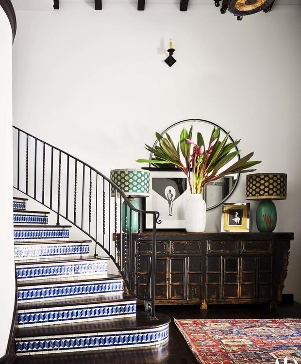 Ao entrar na casa, os visitantes e deparam com uma escada revestida por azulejos portugueses azuis (Foto: Douglas Friedman/ Reprodução)