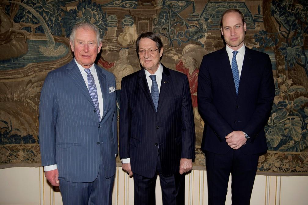 Príncipe Charles, seu filho mais velho, príncipe William, duque de Cambridge, com Nicos Anastasiades, presidente da República de Chipre — Foto: Kirsty O'Connor/Reuters