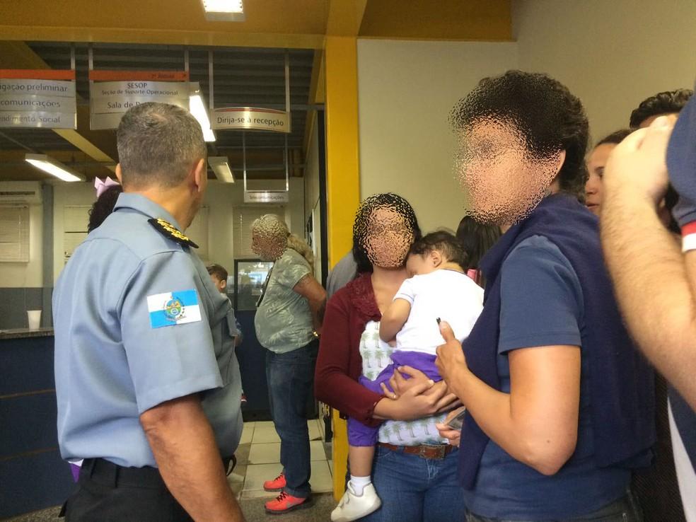 Imagem de uma das crianças que foi levada por criminosos em van escolar em 2017; cabo Victor ajudou no resgate. (Foto: Bruno Albernaz/ G1)