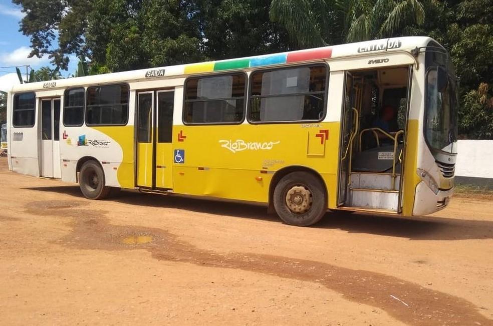 No Acre, homem furta ônibus de garagem, finge ser motorista e ainda pega passageiros em ponto — Foto: Alcinete Gadelha/G1