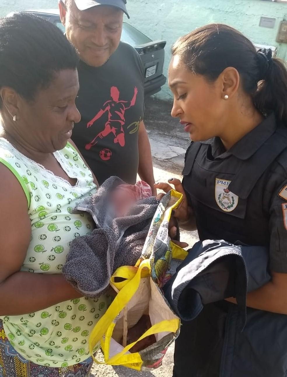 Policiais resgataram o bebê e receberam ajuda de moradores — Foto: Reprodução/TV Globo