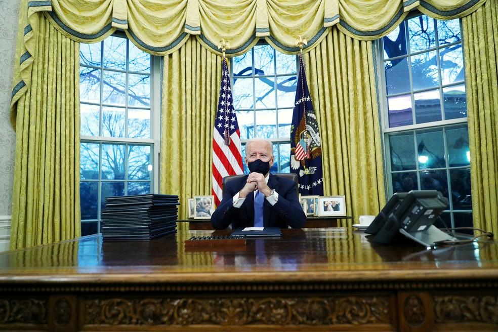 Joe Biden no salão oval da Casa Branca, em 20 de janeiro de 2021 — Foto: Tom Brenner/Reuters
