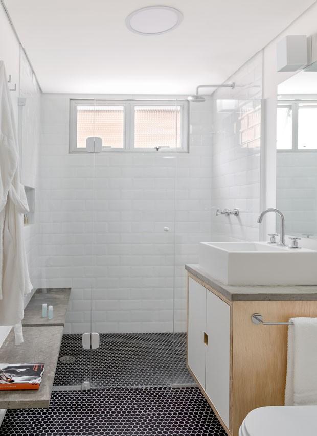 Estante dupla-face e outros recursos inteligentes ampliam apartamento  (Foto: Daniela Ometto)
