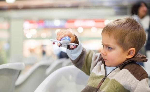 Criança viagem segura avião (Foto: thinkstock)