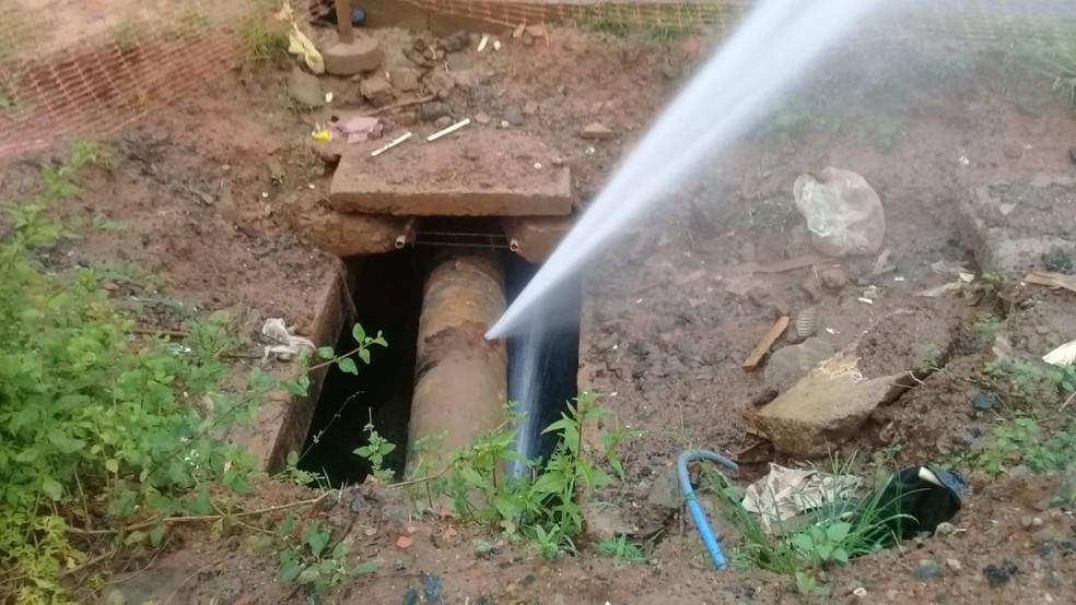 Vazamento é causado por rompimento em cano da rede de abastecimento de água — Foto: Cid Vaz/TV Bahia