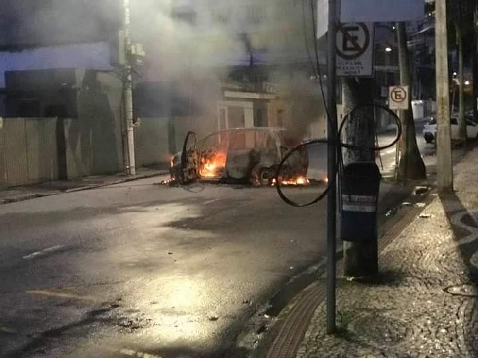 Dois carros foram incendiados durante a fuga dos bandidos — Foto: Reprodução/Redes sociais