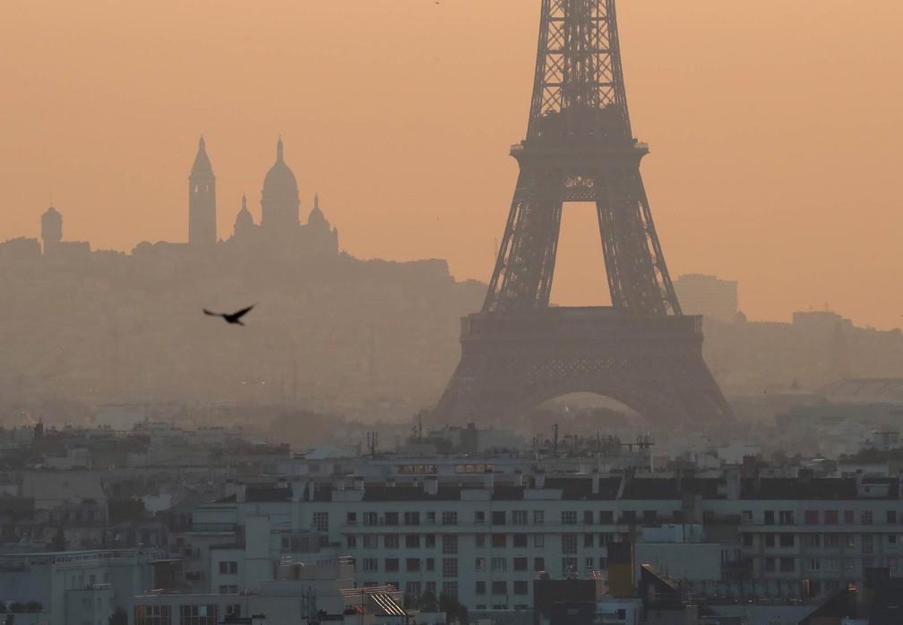 Névoa de poluição cobre Paris em entorno da Torre Eiffel, em foto de 27 de julho — Foto: Mustafa Yalcin/Anadolu Agency via AFP