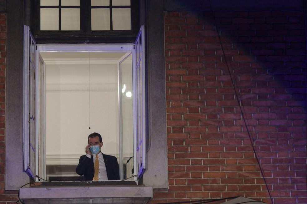 Primeiro-ministro da Romênia, Ludovic Orban, fala ao telefone neste domingo (6) em Bucharest, durante a apuração dos votos das eleições parlamentares — Foto: Inquam Photos/Octav Ganea via Reuters