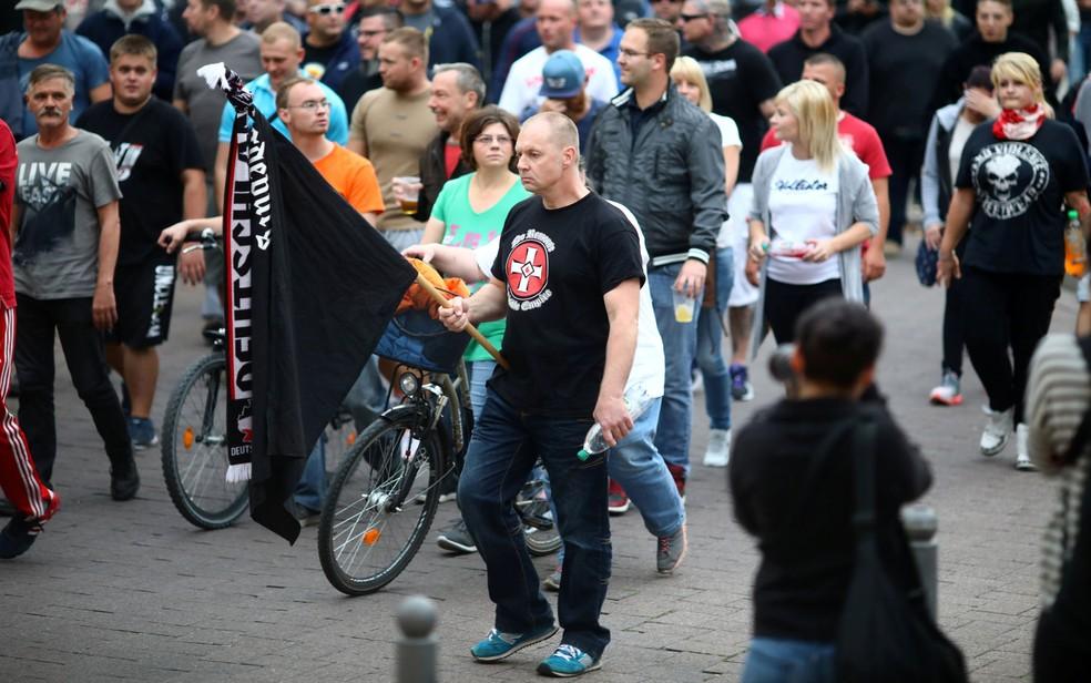 -  Manifestantes da extrema-direita protestam em Köethen, leste da Alemanha, no domingo  9   Foto: Reuters/Hannibal Hanschke