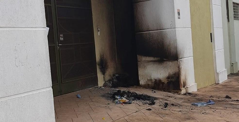Colchões de moradores de rua são queimados na entrada de igreja em São Carlos