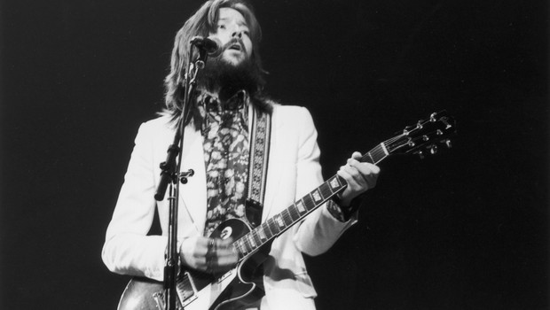 Em 1973, Eric Clapton usou uma Gibson em show no Rainbow Rooms. Empresa produtora de guitarras tenta se salvar da falência (Foto: Express/Express/Getty Images)