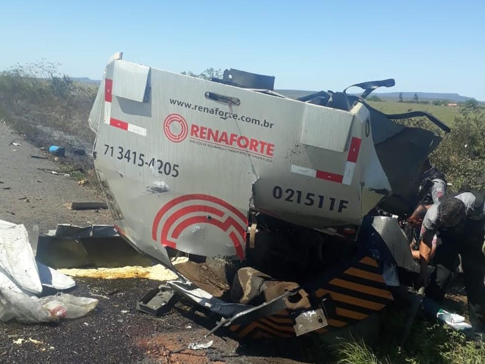 Carro-forte ficou completamente destruído na BA — Foto: Redes sociais