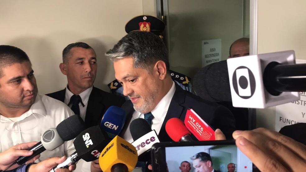 Juiz Marko Valinotti fala com a imprensa após ouvir o depoimento de Ronaldinho e Assis — Foto: Martín Fernández