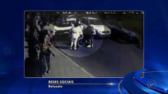 Vídeo mostra homem agredindo mulher em cadeira de rodas na rua em Botucatu