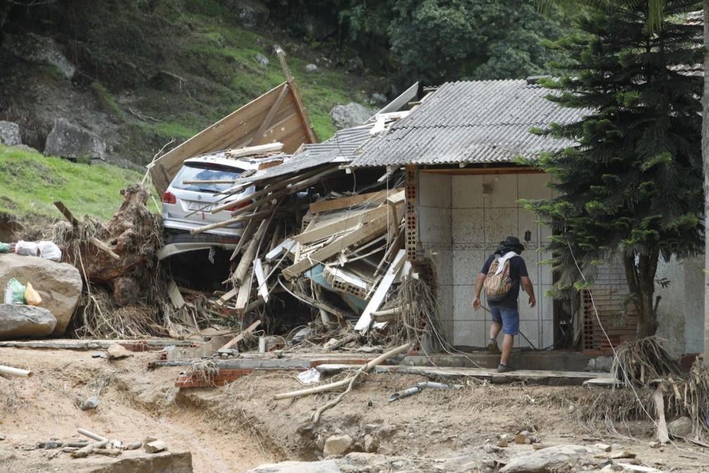 Manhã de sexta (18): casa parcialmente destruída no Bairro Revólver em Presidente Getúlio — Foto: Patrick Rodrigues/NSC