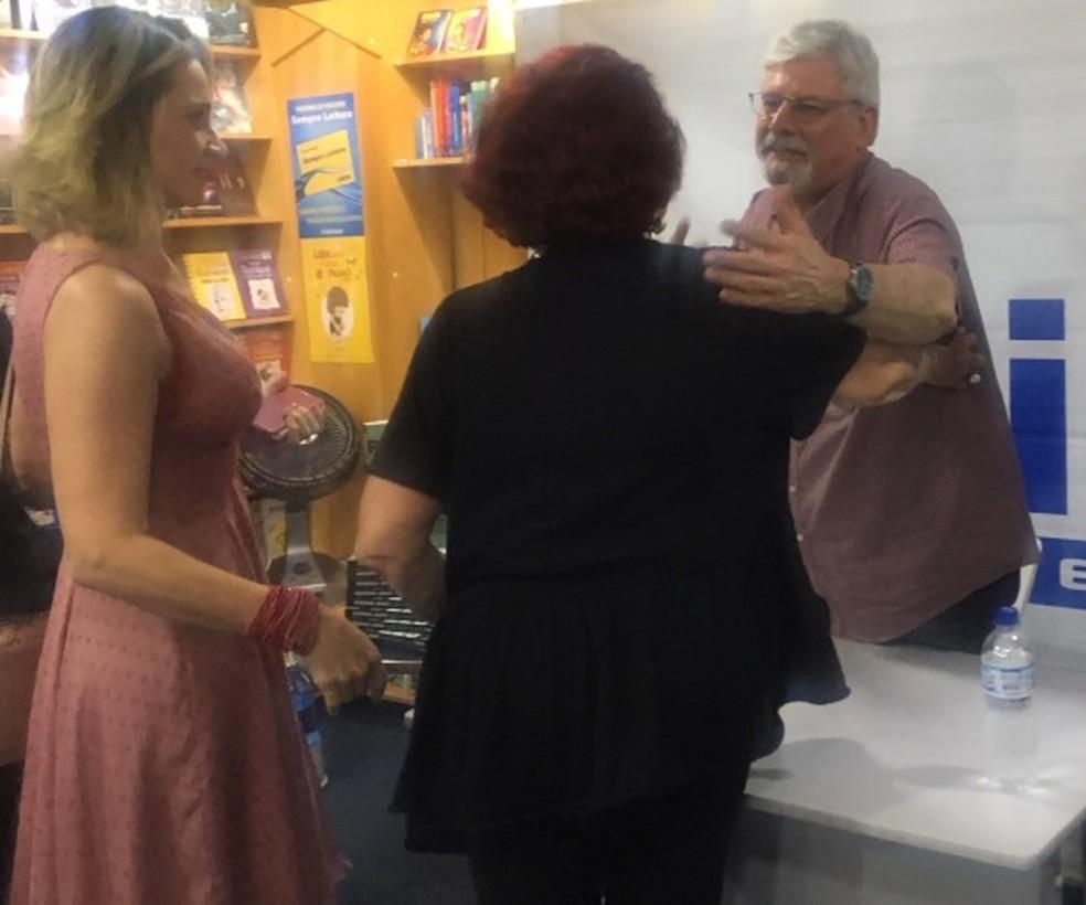 Janot cumprimenta pessoas em lançamento de livro, em Brasília — Foto: Mariana Oliveira/G1