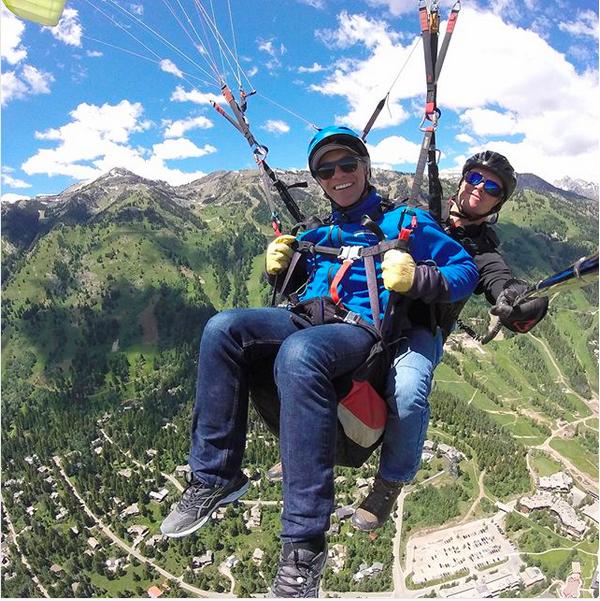 O músico Jon Bon Jovi em seu salto de paraglide (Foto: Instagram)