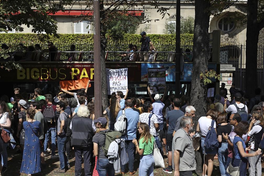 Manifestantes se reuniram em frente à embaixada brasileira em Paris nesta sexta (23) para pedir a preservação da Amazônia. — Foto: Daniel Cole/AP