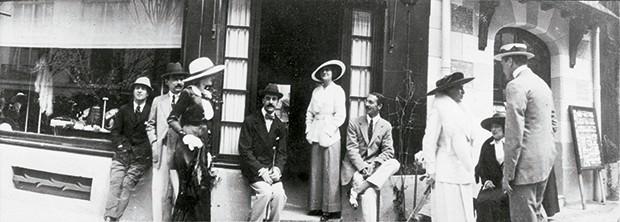 Cashmere -  Em 1913, Coco e Boy Capel em frente à primeira loja da Maison, na cidade portuária de Deauville  (Foto: O.Saillant, Lucile Perron)