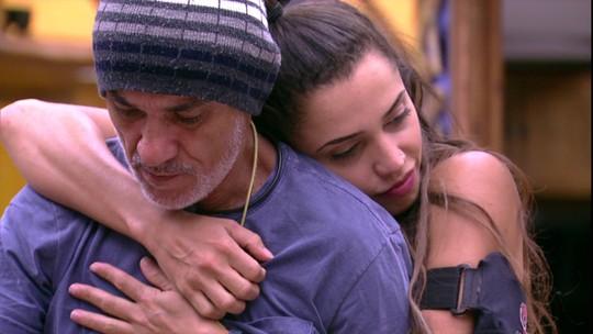Paula abraça e conforta Ayrton: 'Você não tá sozinho'