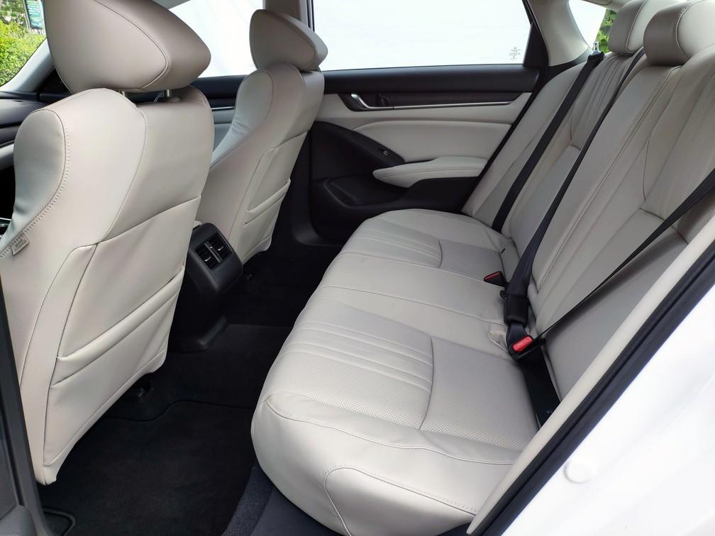 Espaço é o que não falta no banco traseiro do Honda Accord — Foto: André Paixão/G1