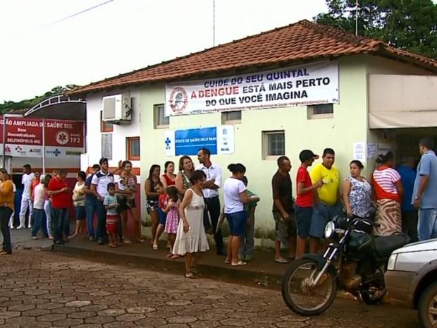 Moradores fazem fila em único posto de saúde após confirmação de morte em Delfinópolis (Foto: Reprodução EPTV)
