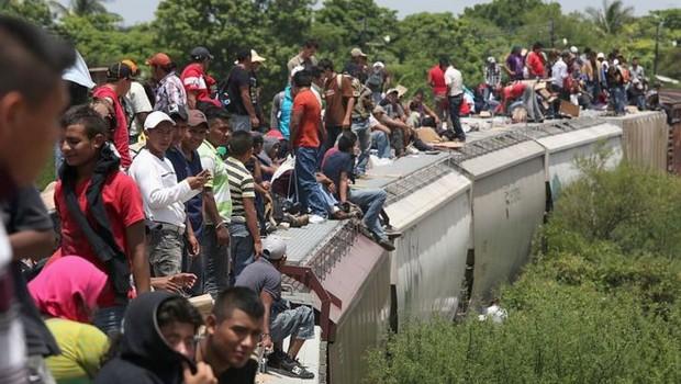 Imigrantes somam menos de 4% da população mundial, mas se tornaram um questão crucial em vários países (Foto: Getty Images via BBC News Brasil)