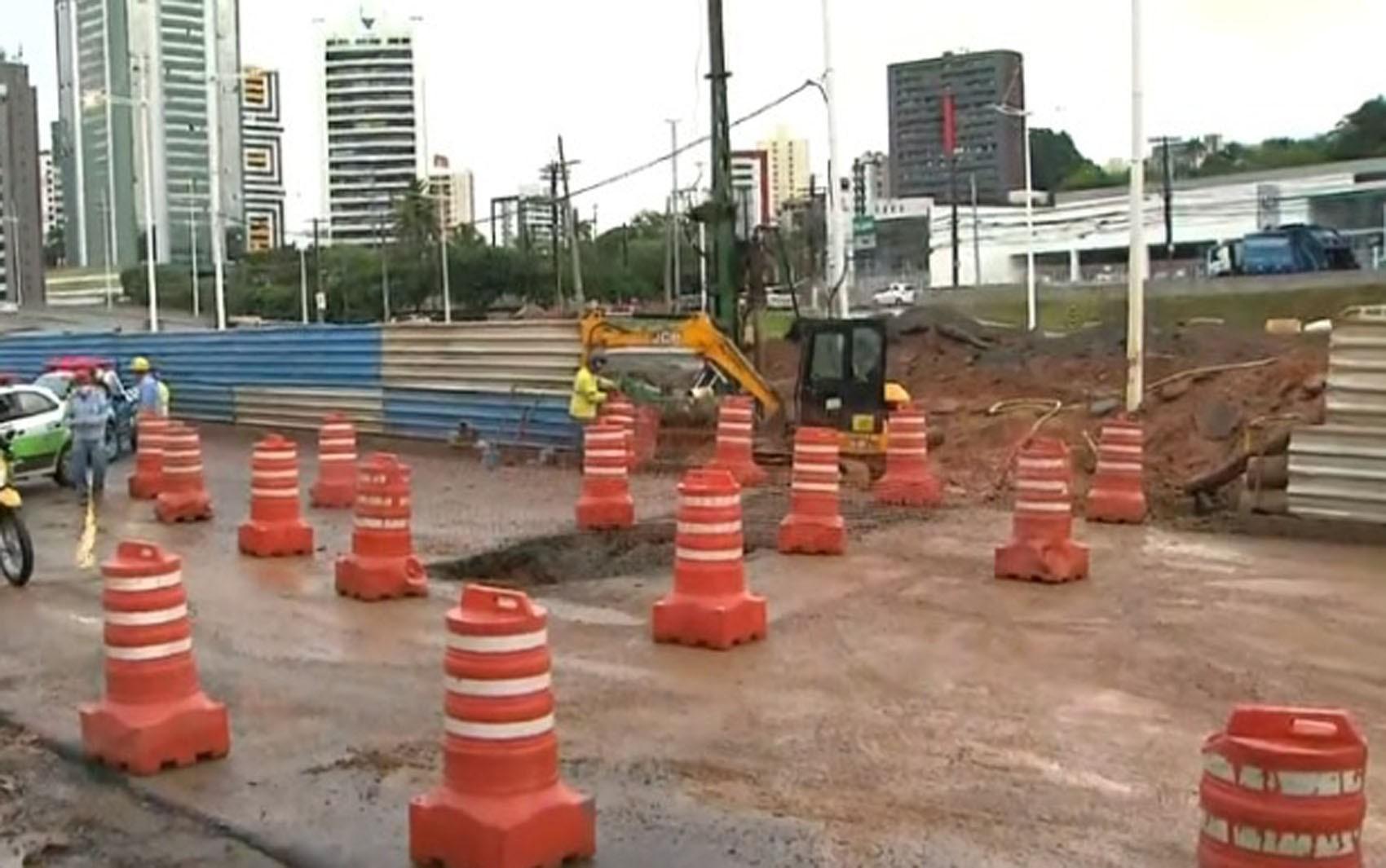 Adutora se rompe e trânsito é desviado na Avenida ACM, em Salvador, diz Transalvador