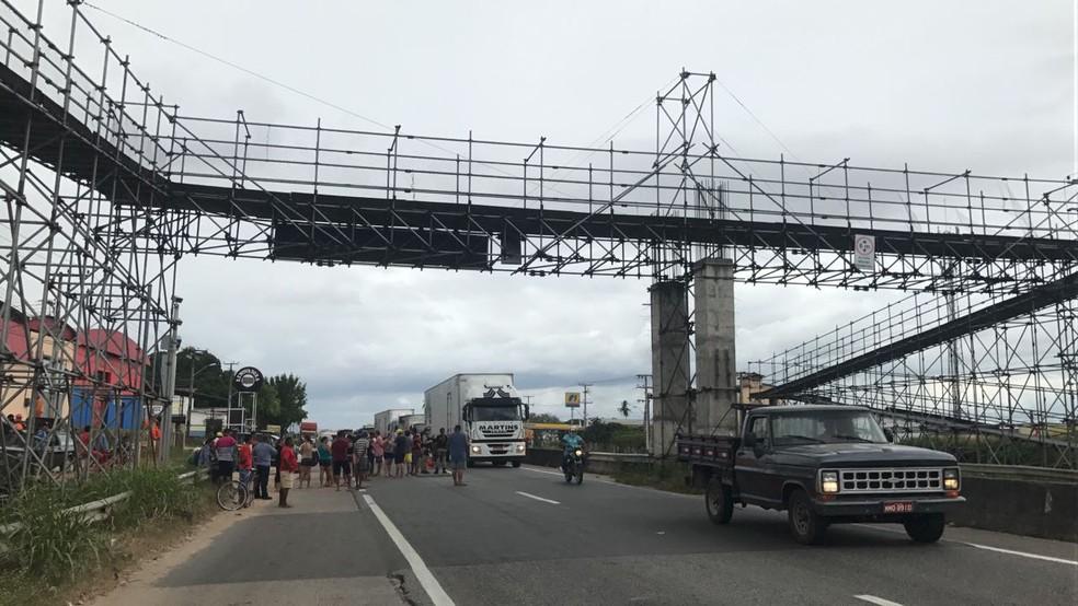 Manifestantes  chegaram a bloquear BR-116 em julho contra retirada das passarelas sem substituição (Foto: Marina Alves/TVM)