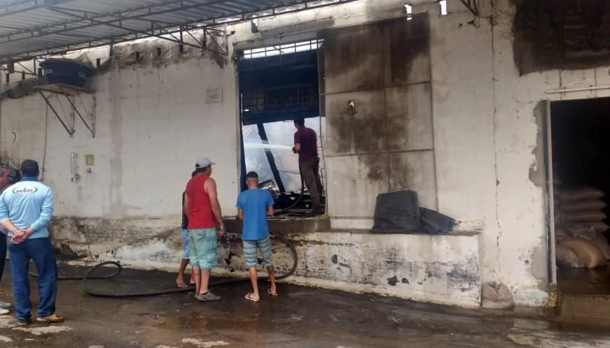 Incêndio destrói cômodo e deixa estrutura de fábrica de alimentos comprometida em Campo Belo