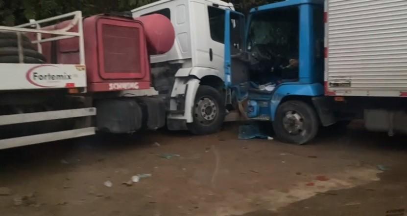 Batida entre caminhões deixa quatro feridos na RJ-163, que liga a Dutra a Visconde de Mauá