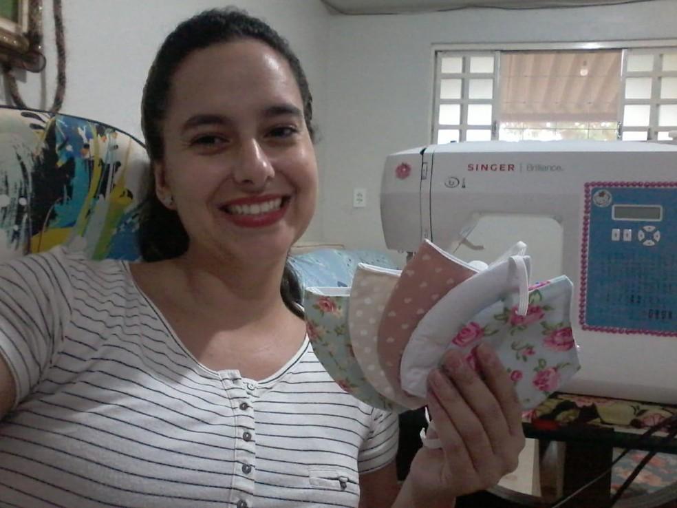 Artesã, Priscila Cutrim produzindo máscaras de tecido, no DF — Foto: Priscila Cutrim/Arquivo Pessoal