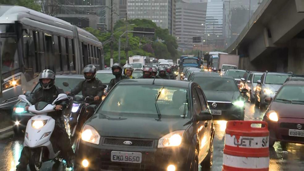 Trânsito tem bloqueios e desvios na capital por causa dos alagamentos — Foto: Reprodução/TV Globo