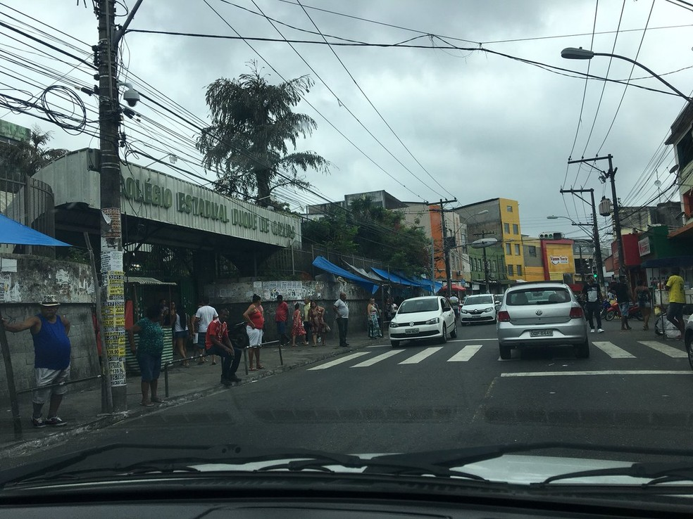 Movimentação intensa na frente do Colégio Duque de Caxias, no bairro da Liberdade, em Salvador — Foto: Itana Alencar/G1