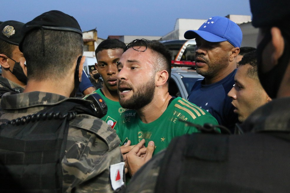 Meia Giovanni é contido por políciais militares após o jogo entre Cruzeiro e CSA — Foto: Fernando Moreno/AGIF