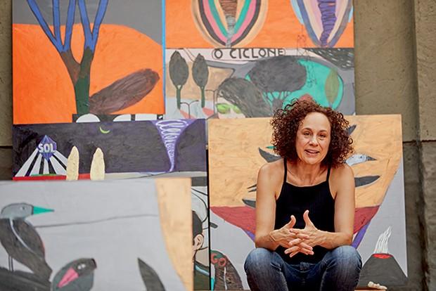 Vânia Mignone em sua casa em Campinas, onde prepara a série que mostrará no evento  (Foto: Vivi Bacco)